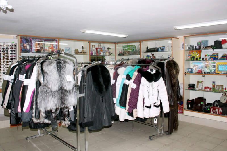 Магазин одежды и сувениров в Небуге